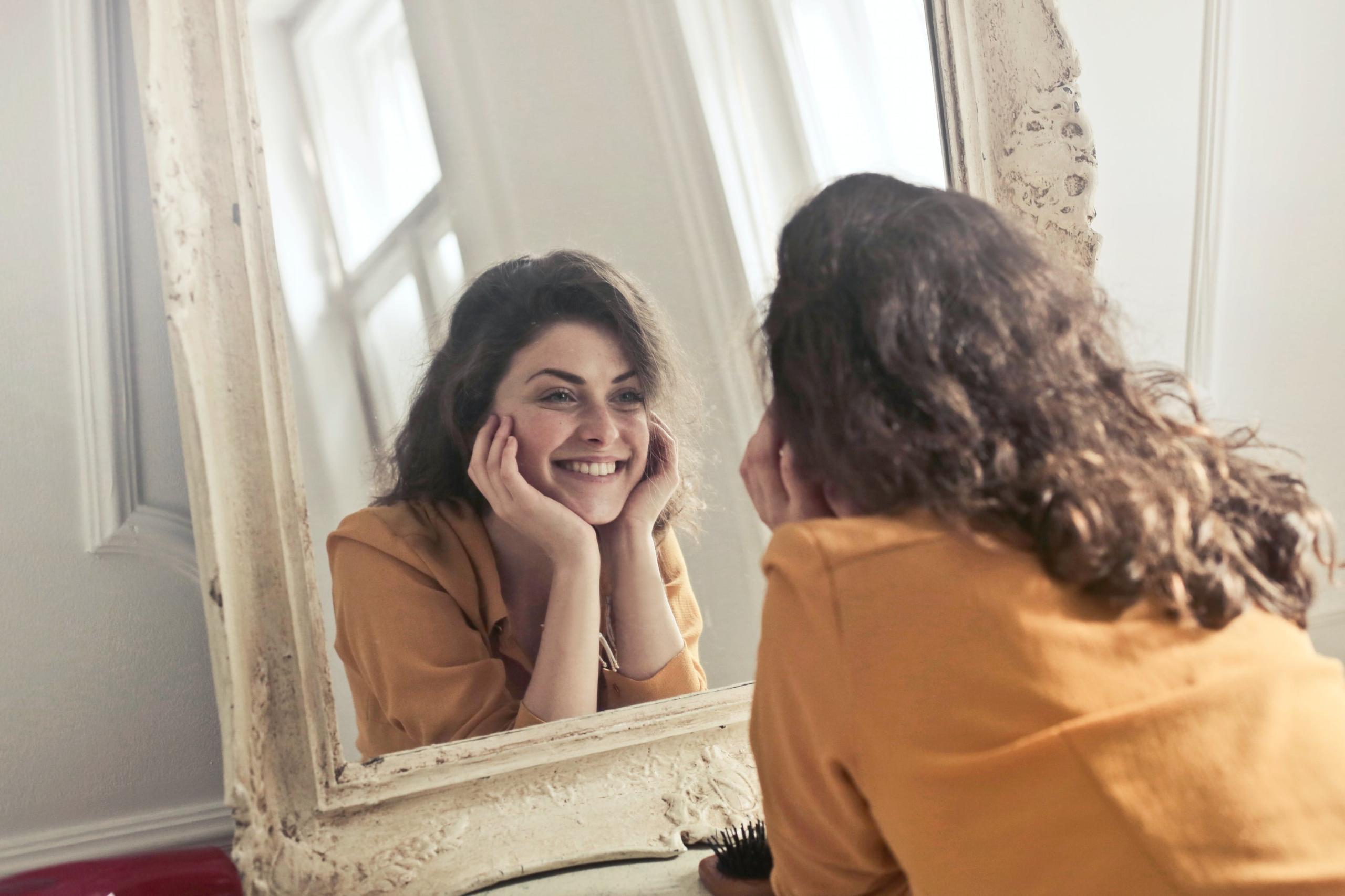 femme face au miroir